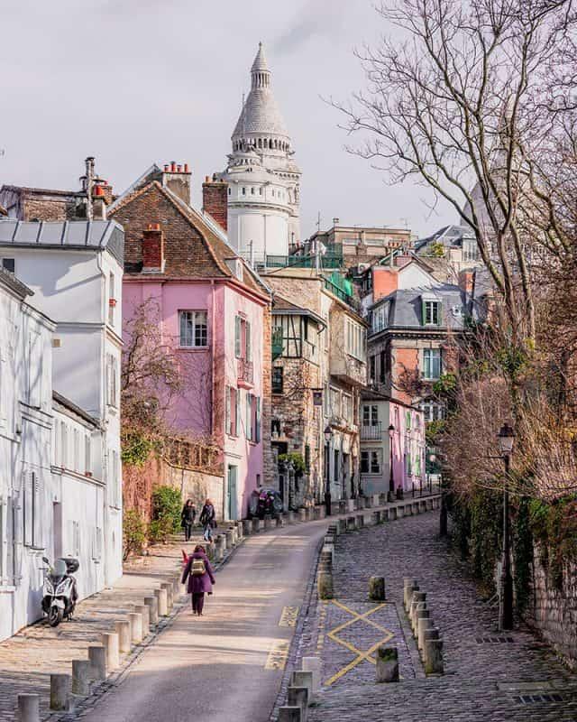 The pretty Montmartre pink street, rue de l'Abreuvoir