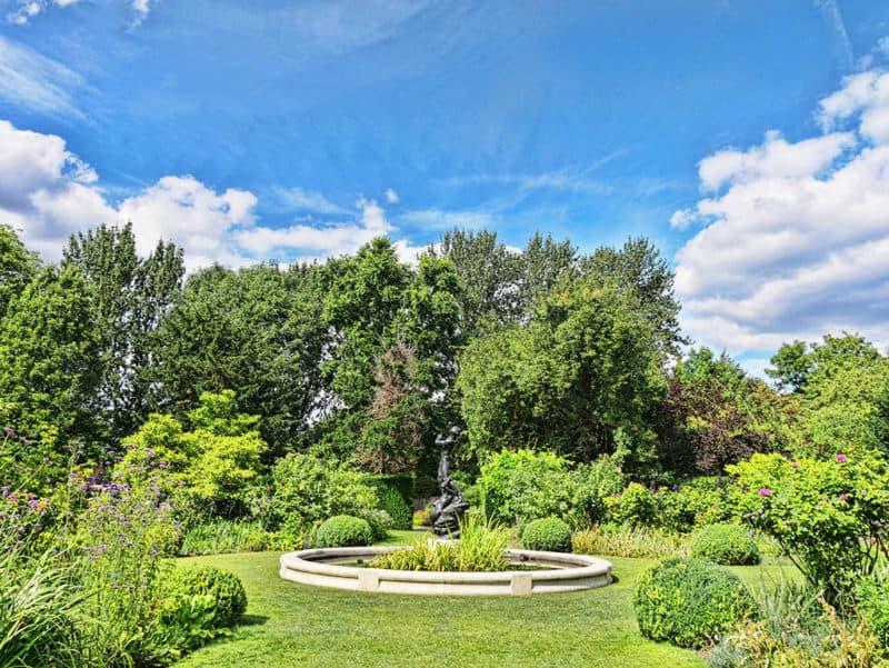 Secret romantic London spots - Regent's Park secret garden - St John's Lodge gardens